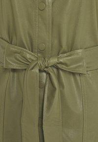 TWINSET - ABITO CHEMISIER SPALMATO CON CINTURA - Shirt dress - verde alpino - 5