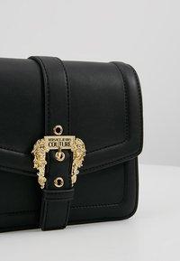 Versace Jeans Couture - BELT BUCKLE SHOULDER BAG SMALL - Schoudertas - nero - 4