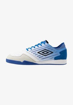 CHALEIRA II PRO - Indoor football boots - white/black/regal blue