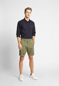 GANT - RELAXED - Shorts - deep lichen green - 1