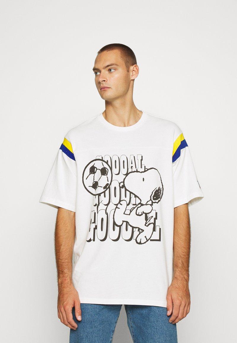 Levi's® - LEVI'S® X PEANUTS FOOTBALL TEE UNISEX - Camiseta estampada - marshmallow
