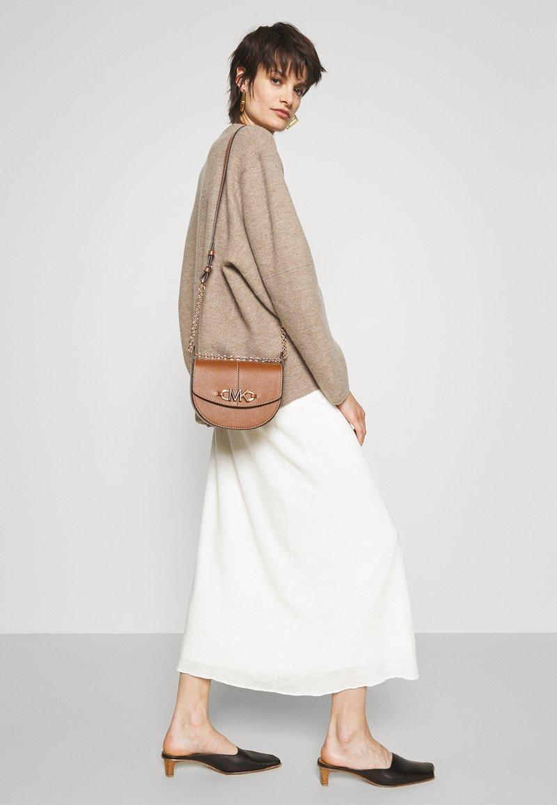 MICHAEL Michael Kors - IZZY SADDLE XBODY - Across body bag - luggage