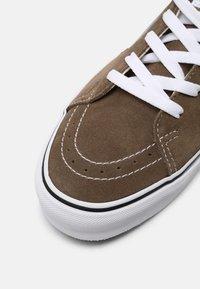 Vans - SK8-LOW UNISEX - Skate shoes - walnut/true white - 4