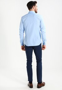 Pier One - CONTRAST BUTTON SLIMFIT - Overhemd - light blue/blue - 2