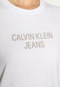 Calvin Klein Jeans - EASY INSTITUTIONAL TEE - Triko spotiskem - bright white - 4