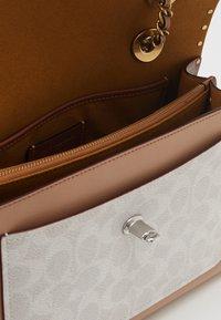 Coach - SIGNATURE BORDER RIVETS PARKER SHOULDER BAG - Handbag - chalk rust/multi - 3