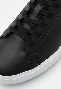 Lacoste - POWERCOURT 0721 - Tenisky - black/white - 5