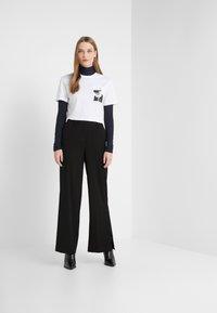 KARL LAGERFELD - LEGEND POCKET TEE - Print T-shirt - white - 1