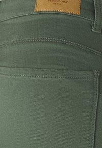 Vero Moda Tall - VMHOT SEVEN MR PUSH PANT - Jeans Skinny Fit - laurel wreath - 2