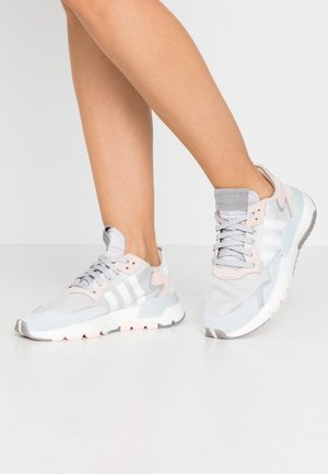 NITE JOGGER  - Matalavartiset tennarit - grey one/footwear white/pink tint
