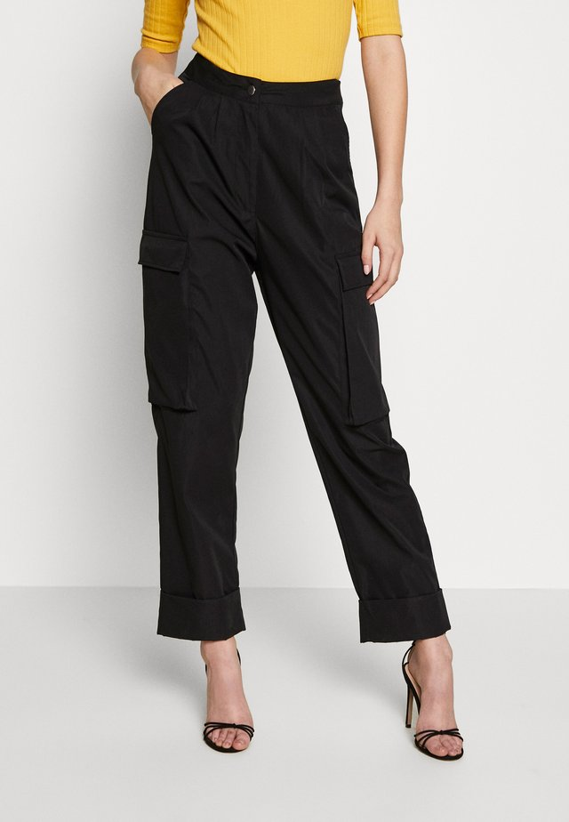 PLEAT FRONT TURN UP HEM CARGO TROUSER - Reisitaskuhousut - black