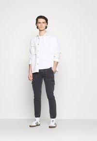 Tommy Jeans - SCANTON CARGO - Jeans straight leg - save black rigid - 1