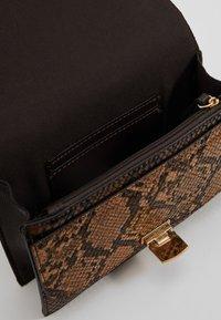 Dorothy Perkins - TOP HANDLE DOUBLE FLAP CROSSBODY SNAKE - Handbag - brown - 4