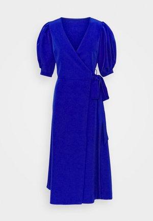 EMILIA WRAP DRESS - Žerzejové šaty - eletric blue