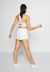 Puma - BE BOLD SHORT - Pantalón corto de deporte - white - 2