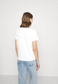 Vero Moda - VMMILIZAFRANCIS  - T-shirts med print - snow white - 2