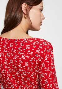 Dorothy Perkins - DITSY RUCHED DETAIL FIT AND FLARE DRESS - Trikoomekko - red - 3