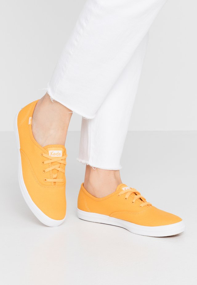 CHAMPION SEASONAL SOLIDS - Matalavartiset tennarit - cadmium yellow