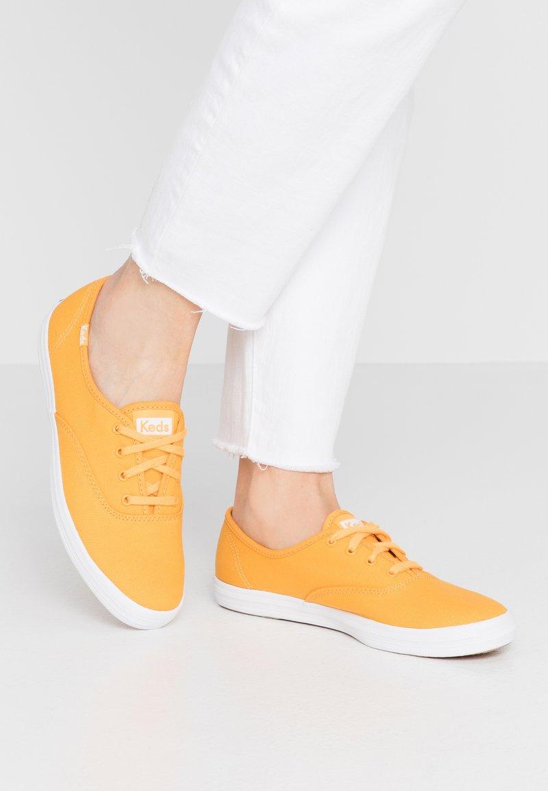 Keds - CHAMPION SEASONAL SOLIDS - Sneakersy niskie - cadmium yellow