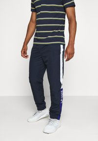 Lacoste Sport - TENNIS PANT - Pantalon de survêtement - navy blue/wasp-white-cosmic - 0