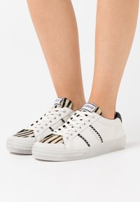 MOA - Master of Arts - TRIKS - Trainers - white - 0