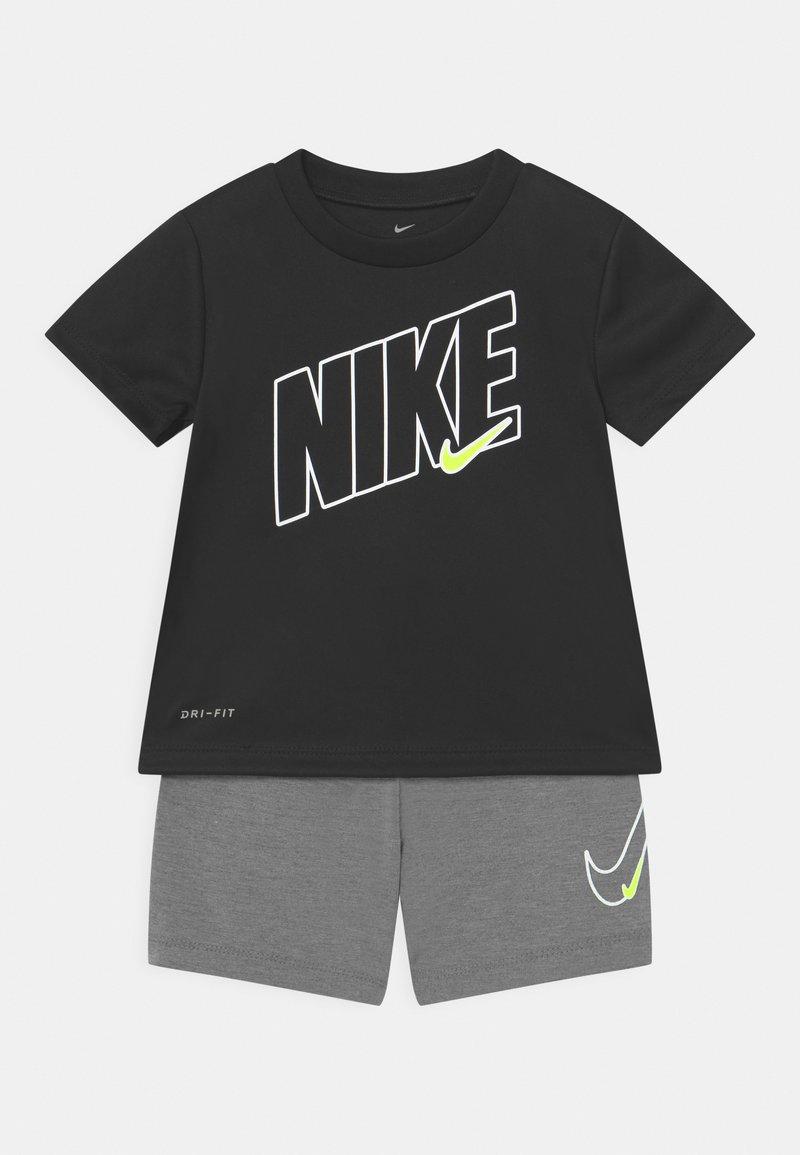 Nike Sportswear - DRI-FIT SPORT SET  - Camiseta estampada - smoke grey