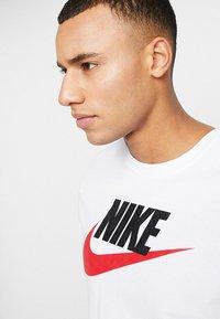 Nike Sportswear - TEE ICON FUTURA - T-shirt med print - white/black/university red - 4