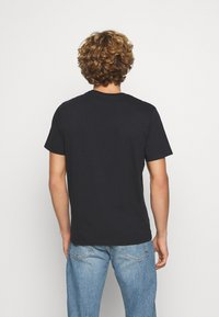 Levi's® - GRAPHIC CREWNECK TEE UNISEX - Print T-shirt - blacks - 2