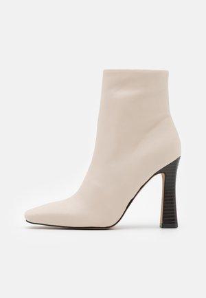 FLARED BOOTS - Kotníkové boty - nude