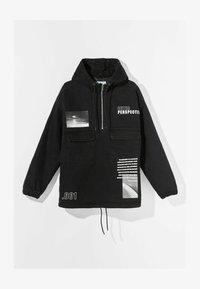 Bershka - MIT BAUCHTASCHE UND PRINT  - Veste en jean - black - 4
