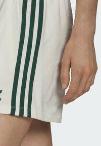 adidas Originals - TENNIS LUXE 3 STRIPES ORIGINALS SHORTS - Shorts - off white - 3