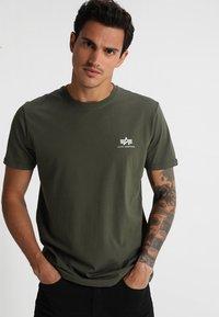 Alpha Industries - Print T-shirt - dark oliv - 0