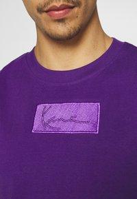 Karl Kani - SMALL SIGNATURE BOX TEE UNISEX  - Print T-shirt - purple - 5