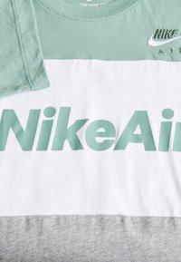 Nike Sportswear - AIR TEE - T-shirt z nadrukiem - silver pine/white/grey heather - 3