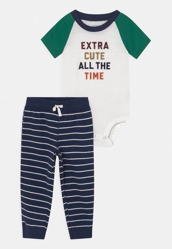 XTRACUTE SET - Print T-shirt - dark blue/green