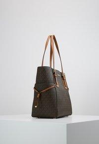 MICHAEL Michael Kors - VOYAGER SIGNATURE TOTE - Handbag - brown - 3