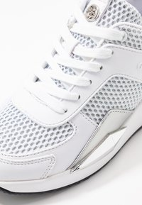 Guess - TYPICAL - Joggesko - white - 2
