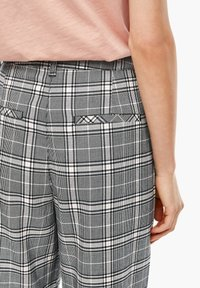 Q/S designed by - KARIERTE CULOTTE - Trousers - black check - 4