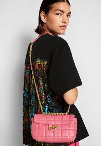Versace Jeans Couture - QUILTED CROSSBODY - Across body bag - paradise - 3