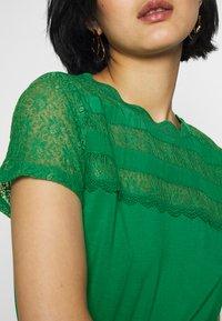 NAF NAF - OLILA - T-shirt imprimé - vert rio - 5