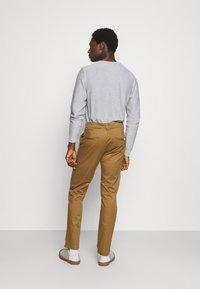 Selected Homme - SLHSTRAIGHT STOKE FLEX PANTS - Chinos - butternut - 2