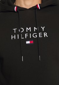 Tommy Hilfiger - STACKED FLAG HOODY - Mikina - black - 5