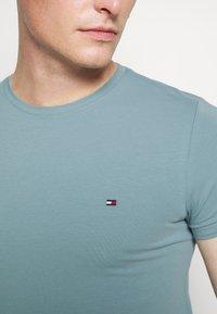 Tommy Hilfiger - STRETCH SLIM FIT TEE - Basic T-shirt - lofty blue - 5
