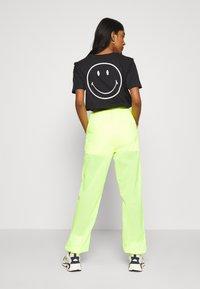 Ellesse - LA QUITANA X SMILEY - Tracksuit bottoms - neon yellow - 2