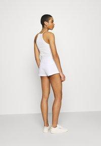 Calvin Klein Jeans - SHINE LOGO SHORT - Shorts - bright white - 2