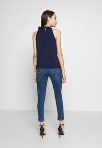 Dorothy Perkins Petite - PETITES MIDWASH ABRASION HARPER  - Slim fit jeans - mid wash denim - 2