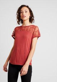 Vero Moda - VMANASTASIA - Print T-shirt - cowhide - 0