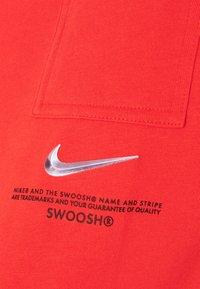Nike Sportswear - T-shirt med print - light crimson/black - 4