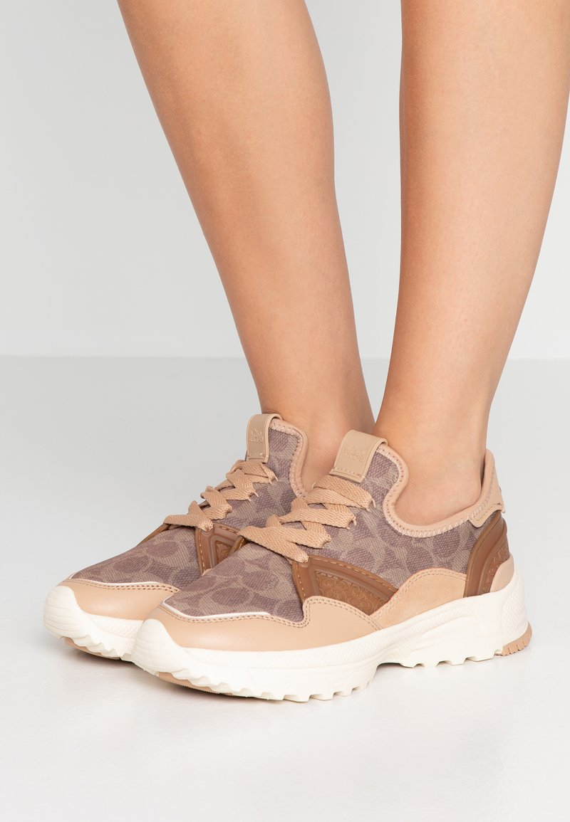 Coach - RUNNER WITH SIGNATURE AND METALLIC - Sneakers - beechwood/tan