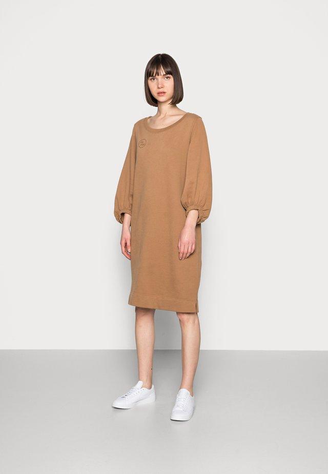 COSY DRESS - Denní šaty - toasted coconut